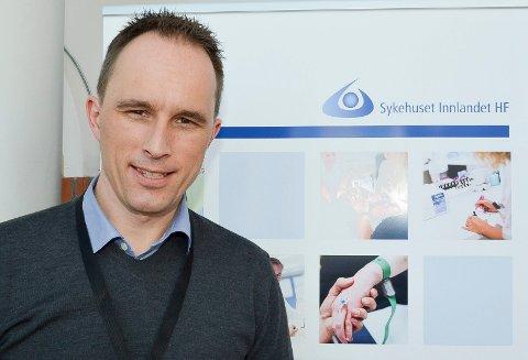 PRESISERER: Rune Hummelvoll, HR-direktør Sykehuset Innlandet HF, presiserer at administrerende direktør Alice Beathe Andersgaard kun har fått en lønnsøkning på 2,2 prosent.  (Foto: Bjørn-Frode Løvlund)