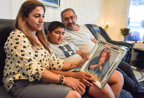 HUN VAR SÅ STERK: Sonia Bakhte døde av lang tids kreftsjukdom, nesten 23 år gammel. Her er moren Halala, broren Akam og faren Lokman med et bilde av Sonia da hun fylte 21 år.