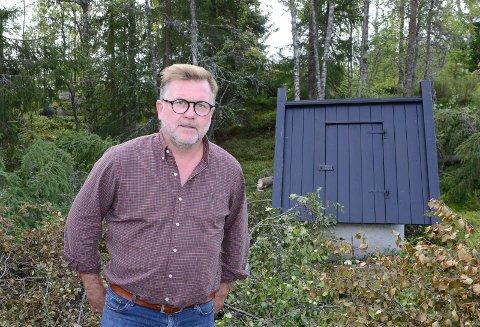 VIL HA OPPKLARING: Lars Håkon Blostrupmoen vil ha en oppklaring av hva som har skjedd med brønnen og vannet. Derfor utlyser han en dusør på 10.000 kroner.