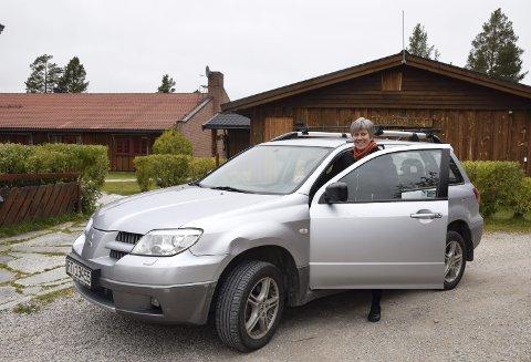 KLAR: Toril Andreassen kjører ti mil om dagen til og fra jobben på Renåvangen i Rendalen. – Det går helt fint, jeg trives bak rattet, smiler hun. Foto: Brynhild Marit Berger Møllersen