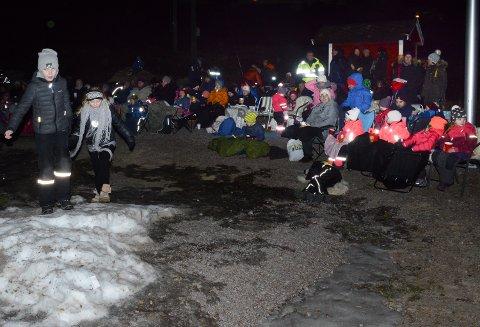 FOLKSOMT: Mange kom for å overvære hyllesten av Nora og se filmen Frost i friluft.