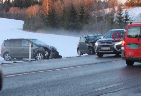 KNIPS: Mens ulykkesbilene er skjøvet ut i veien for å løsne opp i trafikken, valgte flere bilister å fiske fram mobilen for å  ta bilde av vrakene.