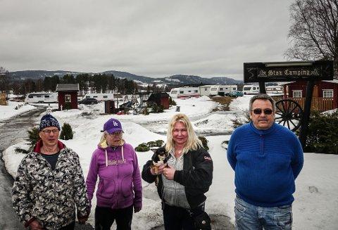 SNØ OG IS:  Nå venter de bare på at is og snø skal forsvinne, og at viruset trekker seg tilbake. Fra venstre gjestene Terje Sollien og Anne Karin Blegenberg, samt eier av campingen, Lisbet Frisendal og daglig leder Geir Arne Lervik.