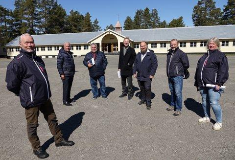 POSITIVE TIL HASLEMOEN: – Haslemoen er klar på en uke, sier Jan Erik Gaup, til venstre, her sammen med resten av Frp-troppen som inntok Haslemoen mandag. De er videre fra venstre, Carl I. Hagen, andre visestortingspresident Morten Wold,  stortingsrepresentant Tor Andre Johnsen, fylkespolitiker Truls Gihlemoen, leder i fylkespartiet Morten Kolbjørnsen og leder i Våler Frp, Anne-Britt Myrvold.