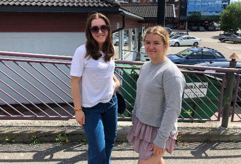 BESØKE VENNER: Tuva Hauge (17) ser frem til å få feiret bursdagen sin nå som hun kan invitere flere hjem til seg. – Det har jeg måtte utsette en stund nå, forteller hun. Sarah Karlshaugen (17) ser frem til å kunne dra mer til Oslo for å besøke venner.