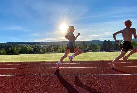LETT TIL BEINS: Stortalentet Ingeborg Østgård fra Dalsbygda på fartstrening med gutta på Åkrestrømmen i Rendalen, her i hælene på Sverre Grønvold fra Koppang. Ingeborg er blitt sterkere og raskere siden ifjor og er en av Norges aller mest spennende unge løpere.