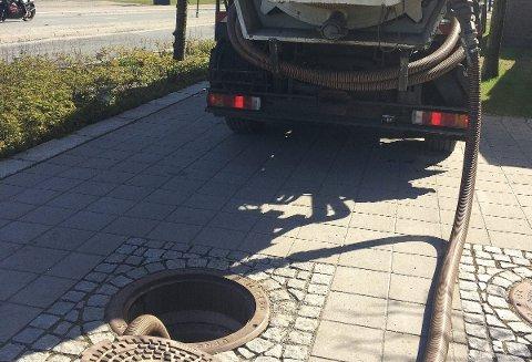Sugebil ble satt inn som et av tiltakene etter den alvorlige lekkasjen fra Rådhusgata 5. Gårdeier kan få en regning på over hundre tusen kroner etter affæren.