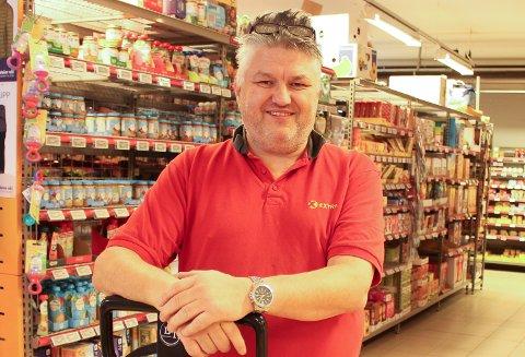 DAGLIGVARE: Extra i Langesund stenger butikken i neste uke. Daglig leder Odd Egil Johnsen forteller at butikken må holde stengt mens det monteres nye kjøleanlegg. Det skal også komme selvbetjeningskasse i butikken, slik at travle kunder kan betale selv og komme seg raskere gjennom butikkøen på travle tider.