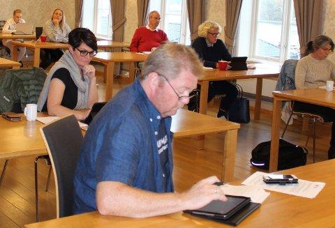 Her er Lars Inge Rønholt på formannskapsmøte på første rad. – Vi er bekymret over forholdene på Cocheplassen, skriver Lars Inge Rønholt til ordføreren i Bamble på vegne av Høyre og Krf.