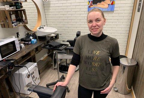 KLIPPER OG BARBERER: Monica Sørensen bor på Heistad, og driver Mrs. Chira barber & frisørstue på Stridsklev. 40-åringen er blant annet sertifisert barberer, etter utdanning i London.