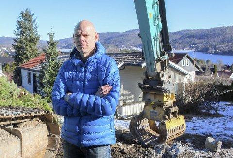LANG KAMP: I et drøyt år har striden om eiendommen med utsikt til Eidangerfjorden versert. Roger Finnstrøm og mange naboer har engasjert seg mot en utbygging de mener er feil, men har tapt.