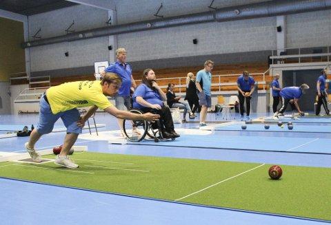 Presisjon: Morten André Coll i Oshaug IL Bowls vant singelturneringen i Degerneshallen. Han spilte mot David Ryste (sittende i banen ved siden av) fra Grenland i finalen. Alle foto: Beate Sloreby
