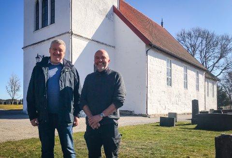 PASSER PÅ: Kirkeverge Gunnar Gudim (t.v.) og driftsleder Vidar Nærby i Rakkestad sokn, tar godt vare på Rakkestad kirke både ute og innenfor kirkedørene.