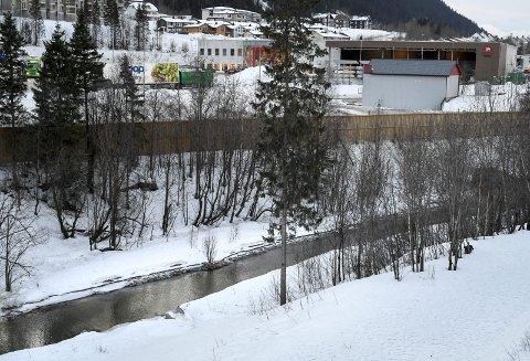Mobekken: Den sterkt forurensa bekken renner åpent flere hundre meter.