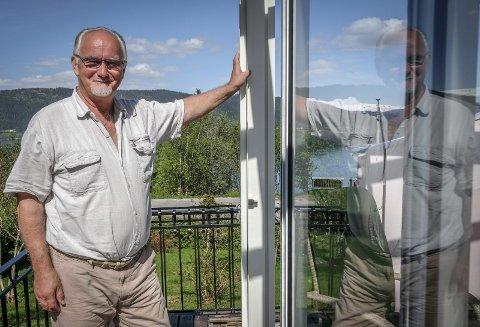 Glass og ramme: Pensjonert kultursjef Vigleik Haga har rammet inn verandaen med glass som kan åpnes når været tilsier det. – Det nye krystallpalasset vårt, spøker 70-åringen.