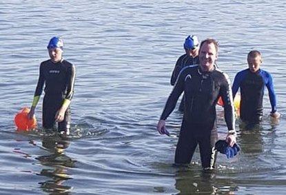 Rana svømmeklubb tyr til havet når de ikke har noe basseng å trene i. Her er en gruppe svømmere med klubbleder Peter Wright i front på vi opp etter første økt på 1.400 meter i Utskarpen sist helg.