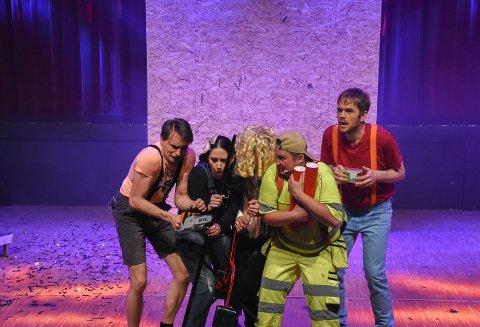 Blåbærturen: Ringsakerrevyen hadde flere sangnummer på programmet.