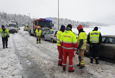 Ulykke: Tre biler er involvert i en trafikkulykke på Mjøsbrua ved 12-tiden fredag.