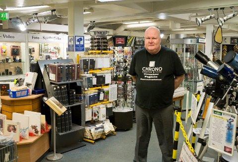 Består: Pål Lundstad i urmaker- og fotobutikken Chrono holder fortsatt koken på Stormarkedet.