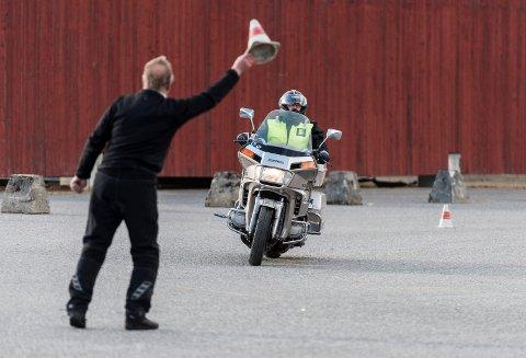 NAF MC Ringerike og sjåførskolelærere fra Team Hønefoss trafikkskole holder gratis kjørekurs for dem som møter opp. (arkivfoto)