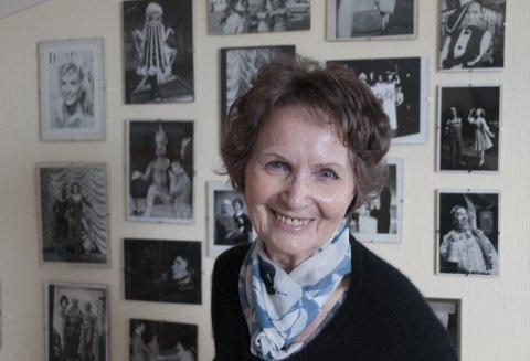 MINNER: Anita Thallaug har en vegg med minner fra et langt artistliv. Her finnes hun sammen med de fleste norske entertainerne fra 1950-tallet og flere tiår framover.