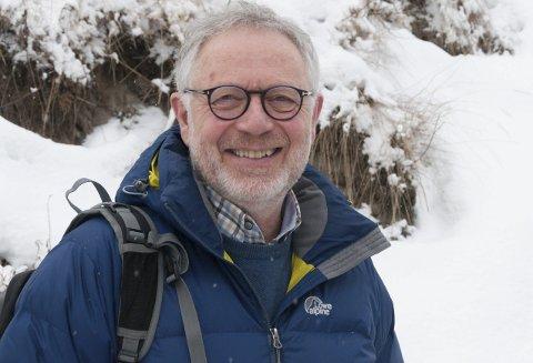 KULDE OG VARME: Ole Johnny Haugerud er oppvokst med tømmerhoggerkunnskap om kald snø under skjortekragen. Han er opptatt av å styrke folks selvbilder, slik at de lykkes. Den erfarne læreren og skuespilleren trives med mennesker.
