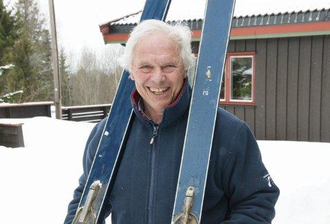 BRA ÅRGANGER: Bjørn Erik Arnesen fra 1943 med hoppskiene fra 1963. Glidet med «poltur» – politur- fikk disse farten opp i ovarennene rundt omkring.