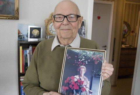 MINNER: Bjørn Knoph med bildet av livsledsagersken gjennom mange år, engelske Pauline.