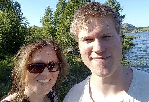 WEHOLT PÅ NETTHINNA: Sissel Dyrhaug tror sønnen Erling får det fint i Ringerike, hvis området er like vakkert som det hun har sett på maleriet hun nylig kjøpte.