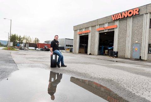 På stripa: Vianor ligger på Hensmoveien og avdelingsleder Morten Kværn håper mange får med seg at de nå ikke er i gummikrysset.
