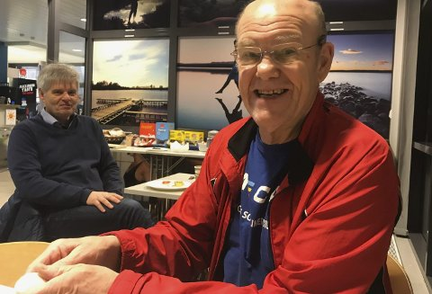 SVØMMINGA: Arild Odne plukker skall av frokostegg etter morgensvømming i Ringeriksbadet. For et drøyt år siden var ikke det noen aktuell beskjeftigelse. I bakgrunnen Ole Jan Aslaksrud som følger spent med. I fjor en gang havnet Odnes egg omtrent der Aslaksrud nå sitter.