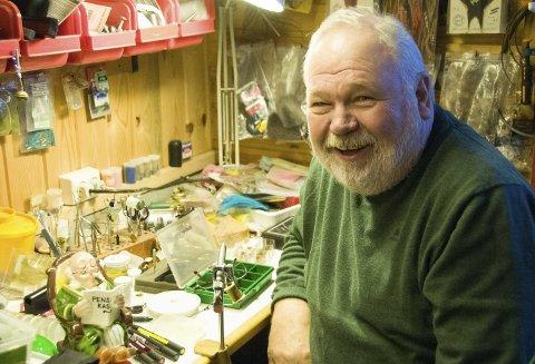 LYKKELIG: Ved fluebinderstikka går det an å bli skikkelig glad og forventningsfull. Trond Lars Hilton (70) har et langt lærerliv bak seg, og dyrker mange interesser.