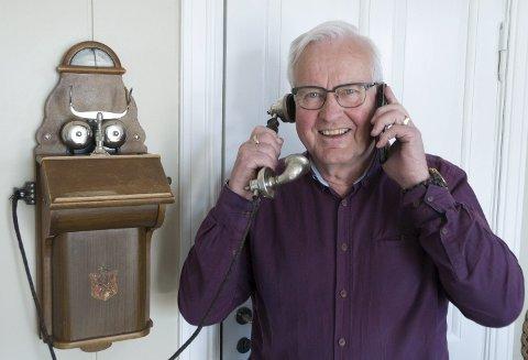 TO VERDENER: Erik Sunnvoll med veggtelefonen fra barndommens bureisingsbruk i Valdres og sin siste smarttelefon.