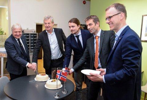 FÅR IKKE FABRIKK: Den planlagte biokullfabrikken ble feiret med kake i 2015. Nå er prosjektet skrinlagt. Fra venstre: Olav Breivik (Viken Skog), Bjørn Knappskog (Arbaflame), Oskar Gärdeman (Enova), Rolf Jarle Aaberg (Treklyngen) og Erik Lahnstein (Norges Skogeierforbund).
