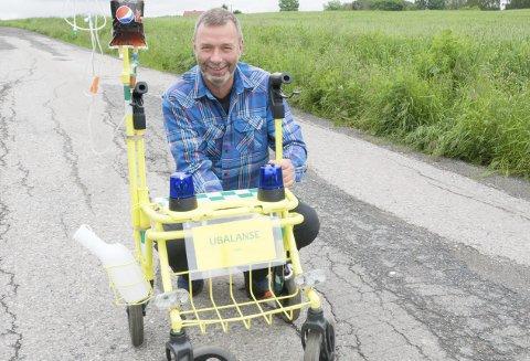 PENSJONIST: En kollega syns Morten Vidar Hansen fortsatt må ha en daglig dose blålys og tilgang på favorittdrikken Pepsi-Max. Ny-skyssen er muligens ikke like effektiv i trafikken som kjøretøyene ambulansesjåføren har vært vant til.