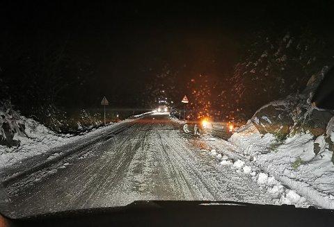 PROBLEMER: Dette bildet ble tatt mandag morgen. En semitrailer skled og en personbil kjørte i grøfta, forteller pendleren på vei fra Jevnaker til Nannestad.