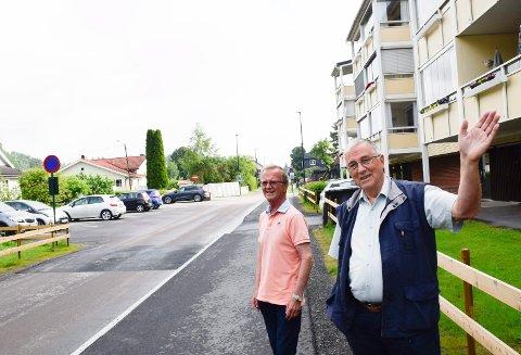 TO ØNSKER: Ulrik Kalvø (t.h.) og Bjørn Kristian Østby er godt fonøyde med kommunens tiltak i Parkgata, men de har to ønsker til.
