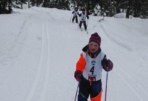 I Mål: Ristinna Bøen Oskal, Frida Pedersen Øigarden og Maja Lia Pedersen i løypa.