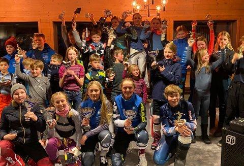 POKALGLEDE: Deltakerne i Rjukanmesterskapet i Storslalåm viser stolte fram sine pokaler etter mesterskapet tirsdag kveld.