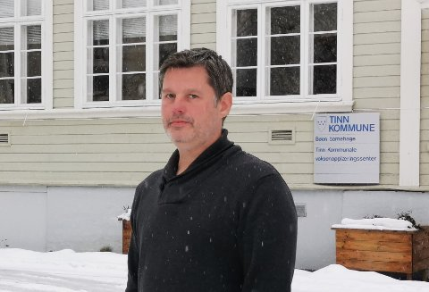 PRAKSIS: -Det er viktig at elevene våre får trent på norsk, og jeg oppfordrer folk til å snakke med dem på telefon, sier Jørn Langeland i Voksenopplæringen.