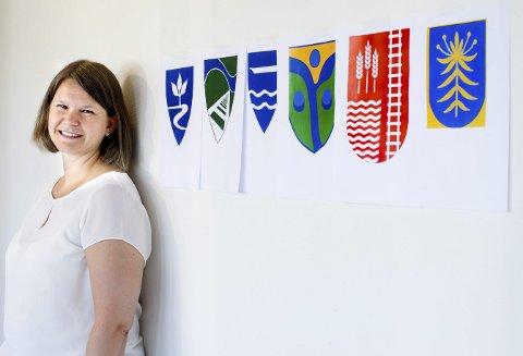 STIKK: Kristin Storløpa, prosjektkoordinator for Lillestrøm kommune, syns innspillene som har kommet inn gir et godt utgangspunkt for utformingen av nytt kommunevåpen. FOTO: LISBETH LUND ANDRESEN