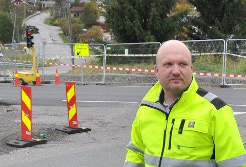 DYRT: Kommunikasjonssjef Kristian Westgård utenfor det avstengte rasområdet på Li der innleide folk fra Securitas holder vakt døgnet rundt.