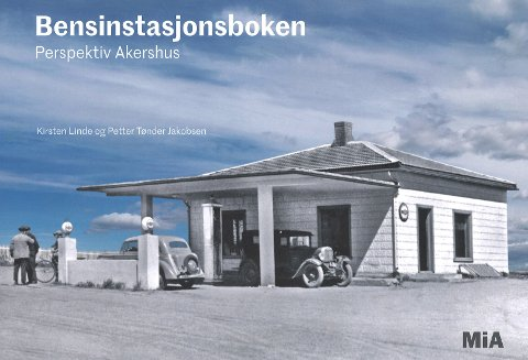 """JESSHEIM: Bokas forsidefoto er hentet fra """"Nor-stasjonen"""" på Jessheim."""