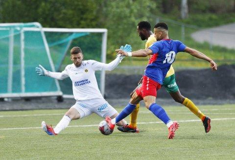 Stoppet: Riki Alba ble hindret av både keeper Stefan Hagerup og Ciise Aden Abshir da han kunne sette inn 1–1. Begge foto: Pernille Nielsen