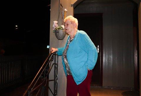 Jorunn Wold (80) har de siste dagene blitt holdt våken fordi det pågår veiarbeid utenfor huset hennes. Hun stiller spørsmål til hvorfor ikke veien kan stenges og arbeidet gjøres på dagtid.