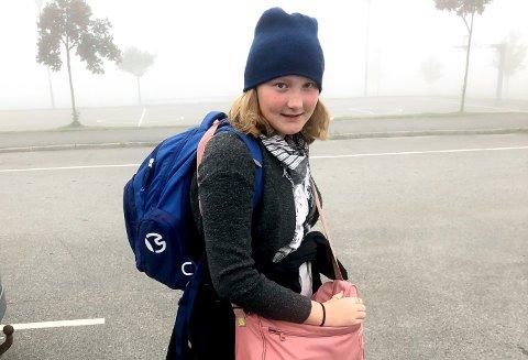 TESTET: Ingrid Skogly Øxseth (11) har testet hvor lang tid det tar med offentlig transport fra Nedre Hallenskog til Midtbygda skole.