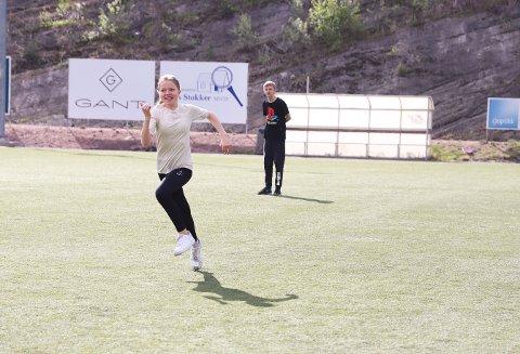 POENG:  Hedda Helsem (13) løper inn et poeng i slåballen.