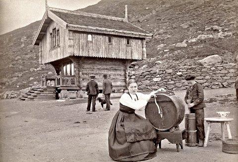Den gang da: Budeie på Haukeliseter demonstrerer kinning av smør for omreisende fotograf, trolig på 1880-tallet. Foto: Axel Lindahl