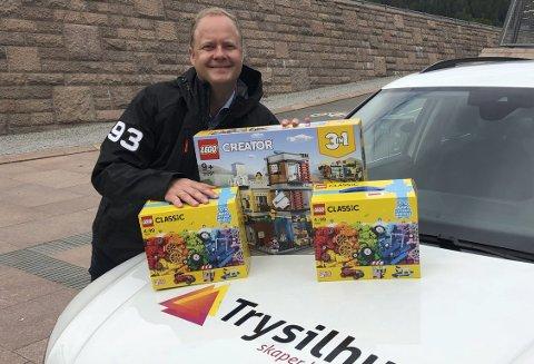 Lego: Espen Fjeld og Trysilhusgruppen inviterer barn til å delta i en legokonkurranse på sin stand under Sandedagen. Foto: Eli Th. Strindeberg