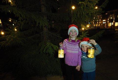 JULEGRANTENNING:  Hedda og Jesper er klar for tenning av julegrana i Sande.